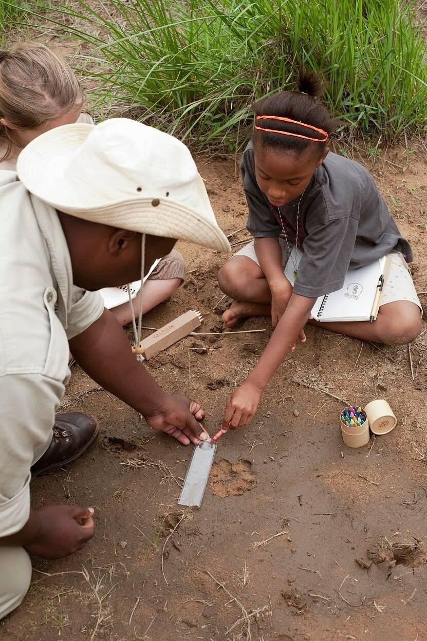 Spelen met de lokale bevolking tijdens de familie safari